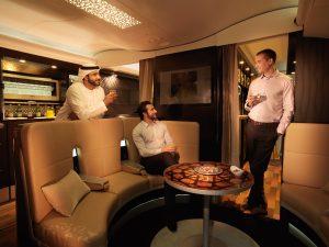 Fliegen und Arbeitsgespräche führen - in der Lounge an Bord von Etihad-Flugzeugen ist das schon möglich, bei der Bahn während der Fahrt demnächst wohl auch... Foto. Etihad